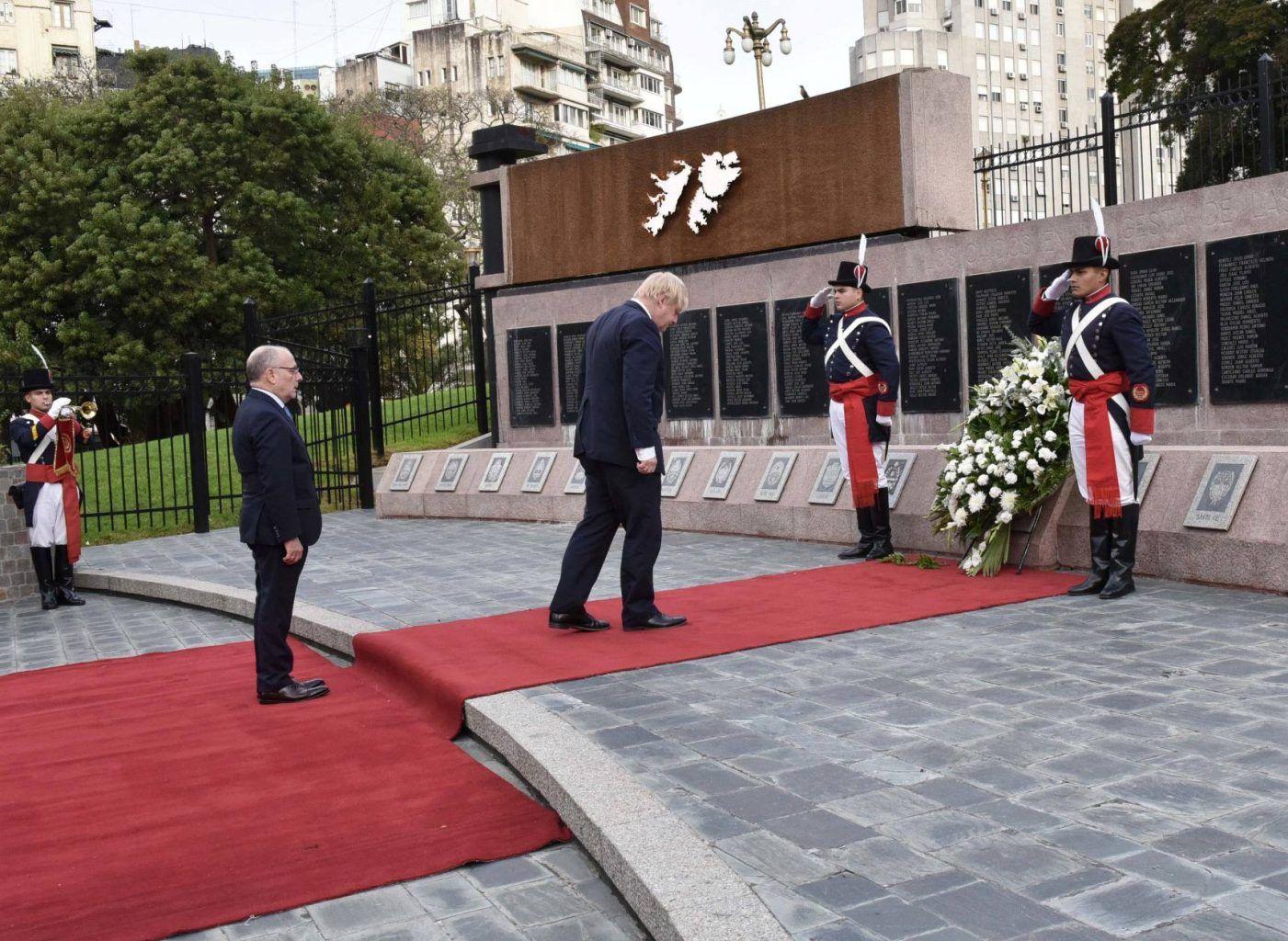 Buenos Aires: El secretario de Estado para Asuntos Exteriores del Reino Unido, Boris Johnson, acompañado por el canciller Jorge Faurie, depositó esta tarde una ofrenda floral en homenaje a los soldados argentinos caídos en la Guerra de Malvinas, en el cenotafio erigido en la Plaza San Martín, de Retiro. Foto: Prensa Cancillería/Télam/cf 20052018