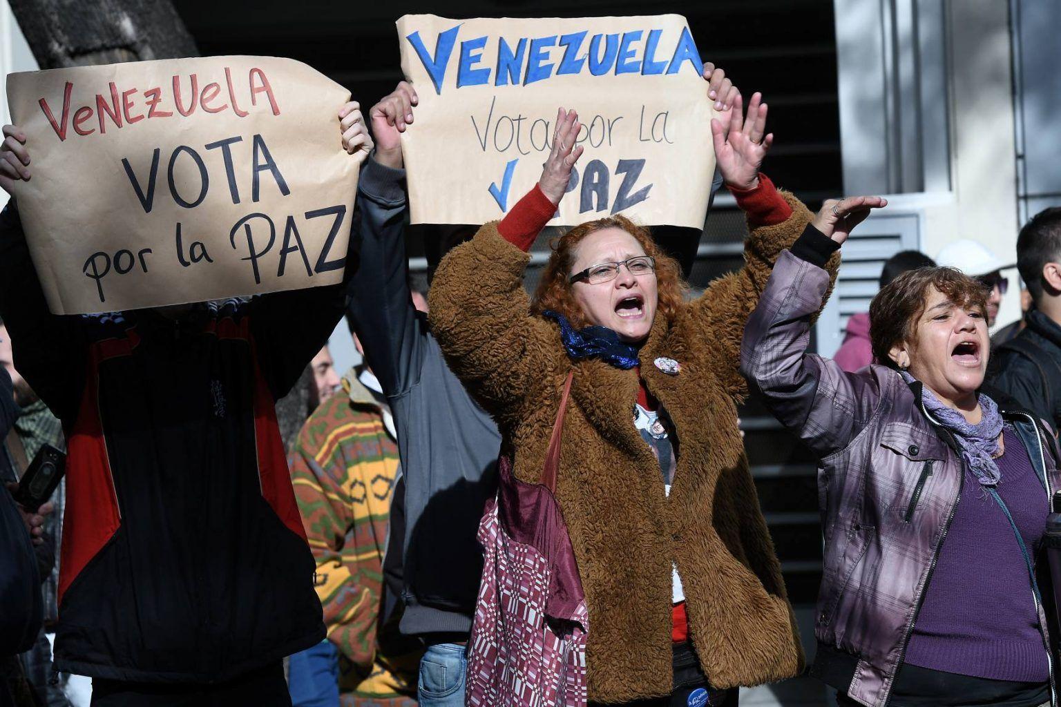 Telam 20/05/2018 Buenos Aires: Manifestantes a favor de las elecciones que se llevan a cabo hoy en Venezuela, exiben pancartas donde llaman a votar frente a la embajada de Venezuela donde se encuentran las mesas electorales. Foto: Jose Romero/ef