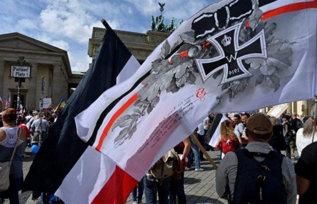 Símbolos nazis afloraron en las marchas anticuarentena de Alemania