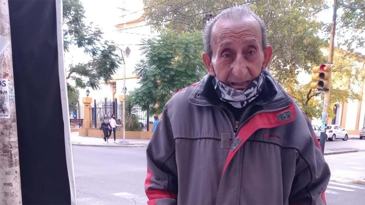 Gregorio Cáceres sale todos los días a vender mercadería en una esquina de Maipú