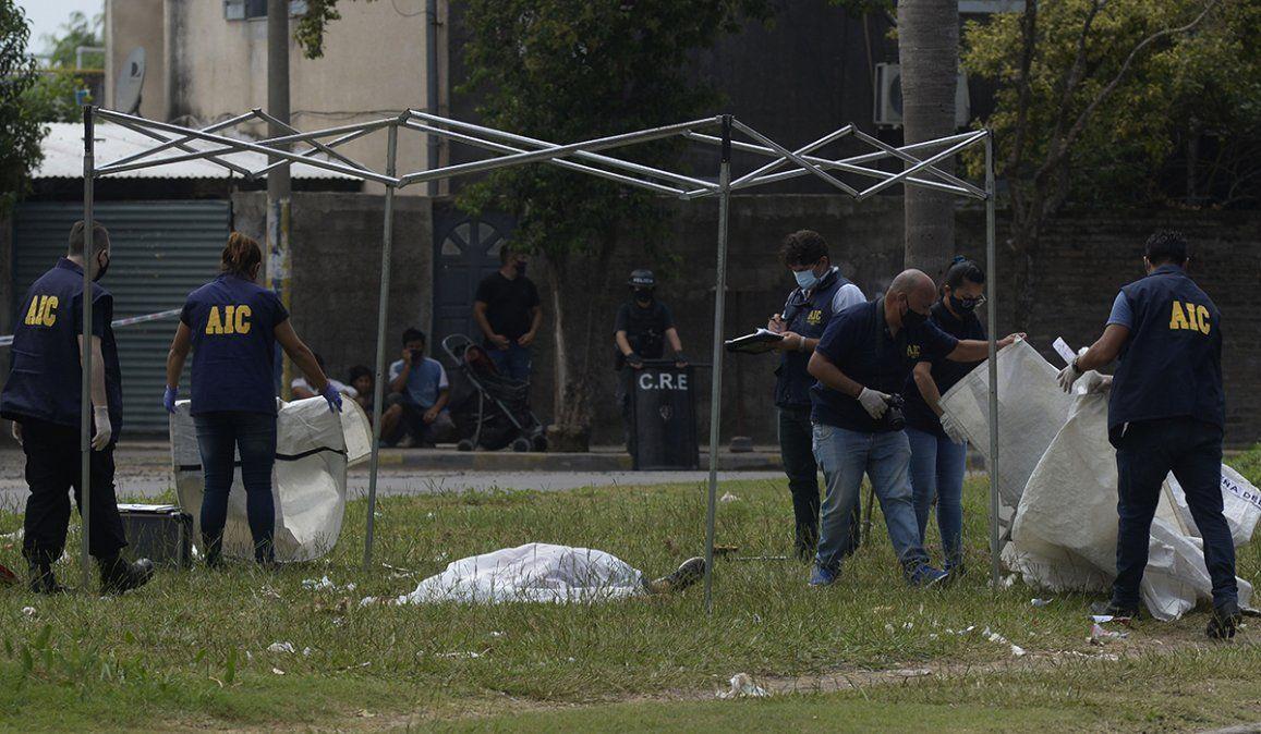 El cuerpo del hombre quedó tendido sobre una plazoleta frente al cementerio de Gobernador Gálvez luego de ser acribillado por dos sujetos