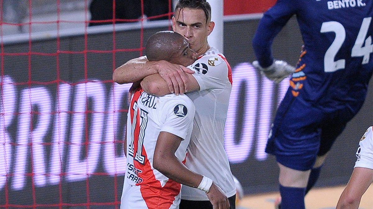 Rafael Santos Borré abraza al autor del único gol de River