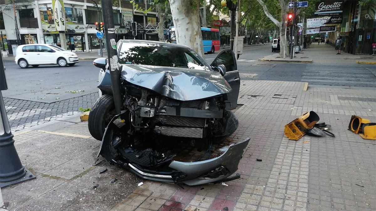 Un playero borracho le robó el auto a un turista y lo destruyó contra un poste