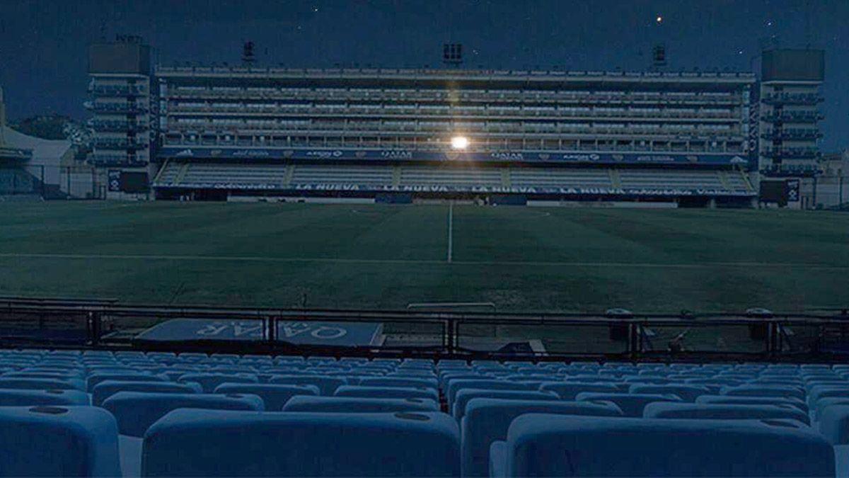 El palco de Maradona iluminó una Bombonera de luto