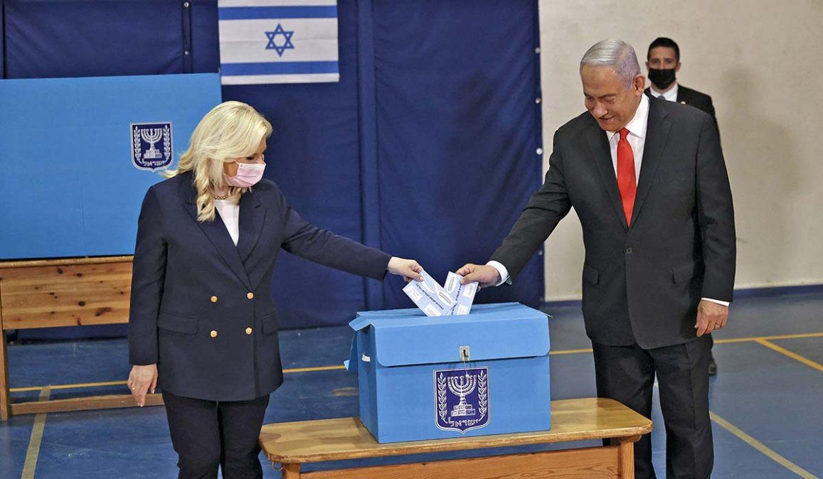 El premier israelí Benjamín Netanyahu al momento de votar. Luego celebró la importante victoria de la derecha en las elecciones