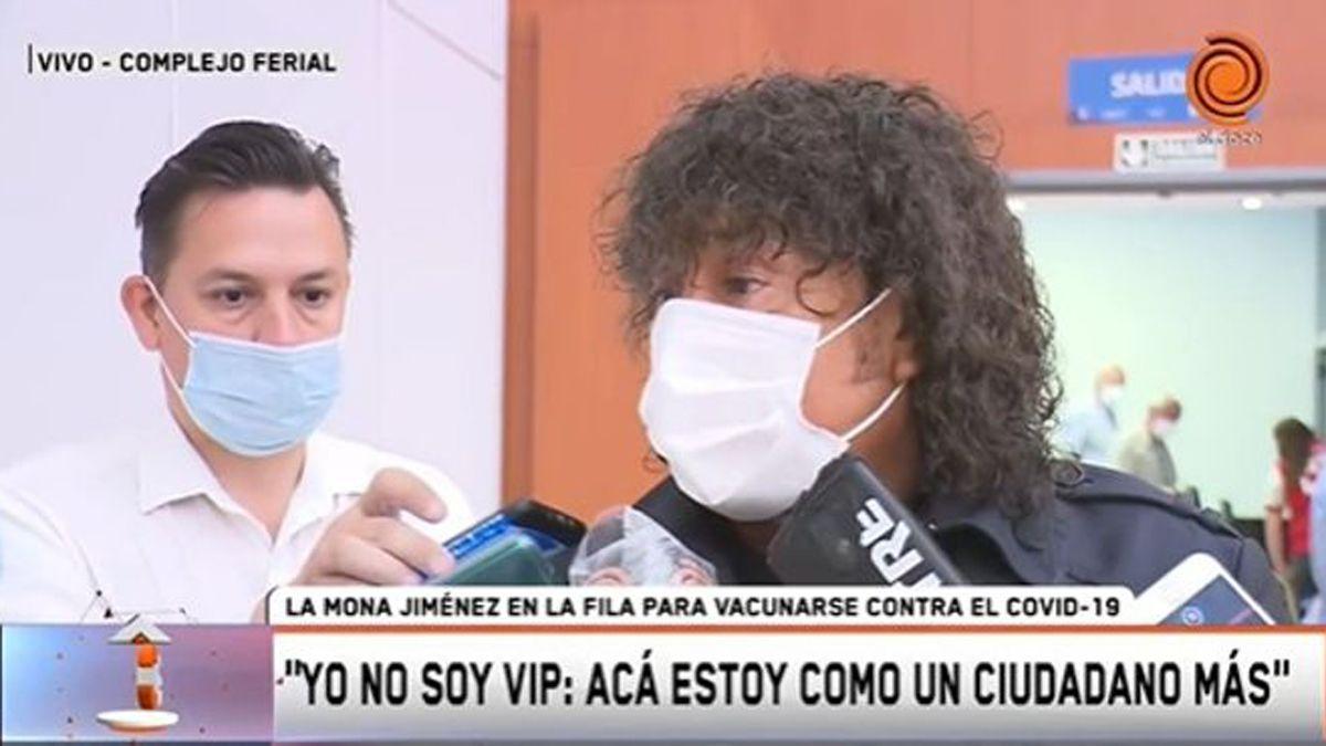 La Mona Jiménez se vacunó contra el coronavirus.