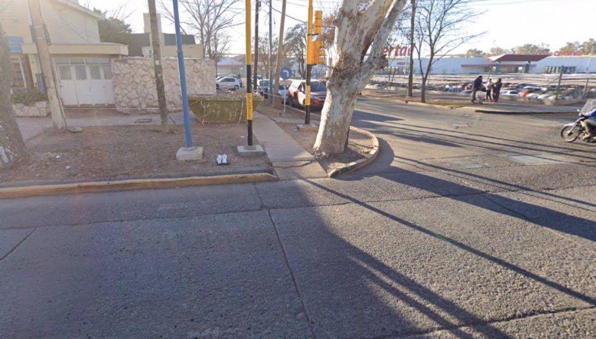En la esquina de Joaquín V. González y Salvador Arias el chofer de la Línea 461 intentó hacer bajar a dos ebrios que molestaban a dos pasajeras