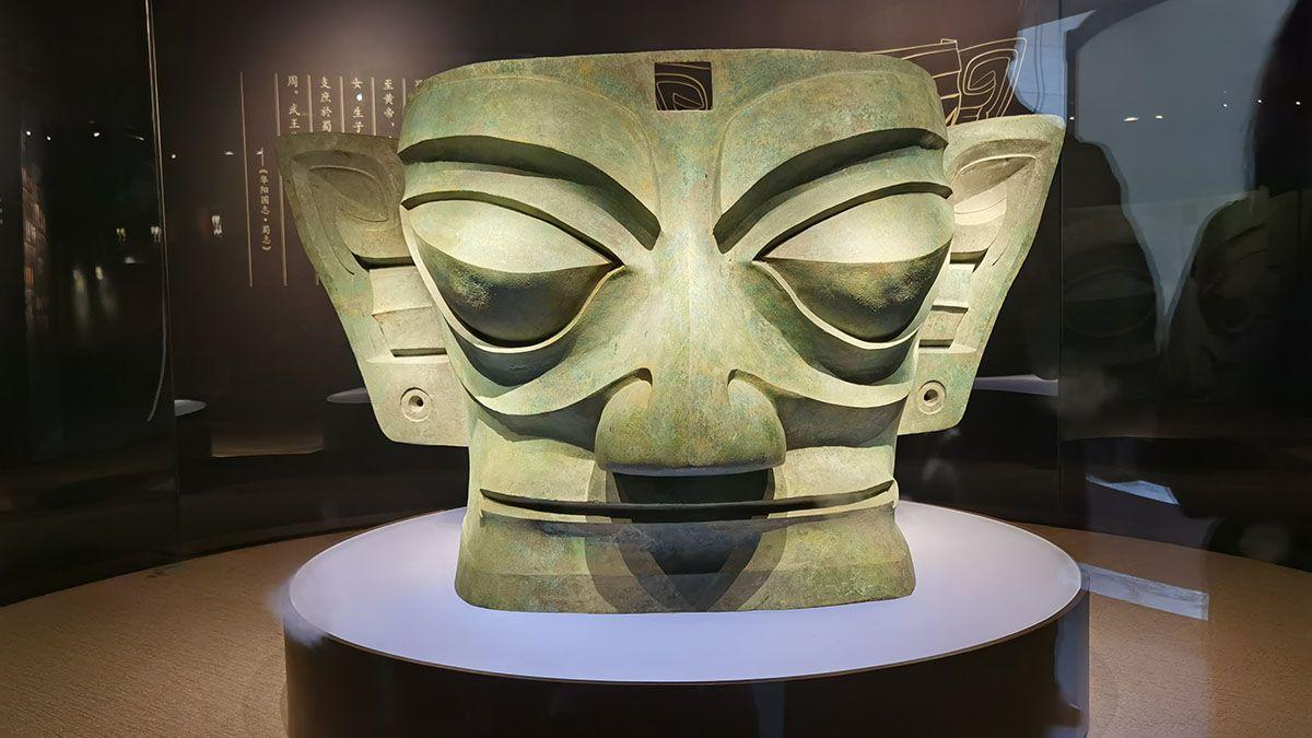 Una máscara de bronce de 72 centímetros de alto desenterrada de la fosa Nro. 2 del mismo sitio en 1986. WANG KAIHAO / CHINA DAILY