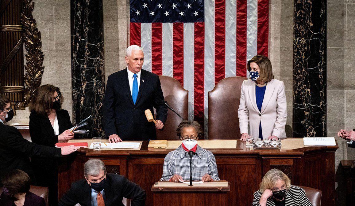 El vicepresidente Mike Pence y la presidenta de la Cámara de Representantes Nancy Pelosi encabezaron la sesión que certificó los resultados electores