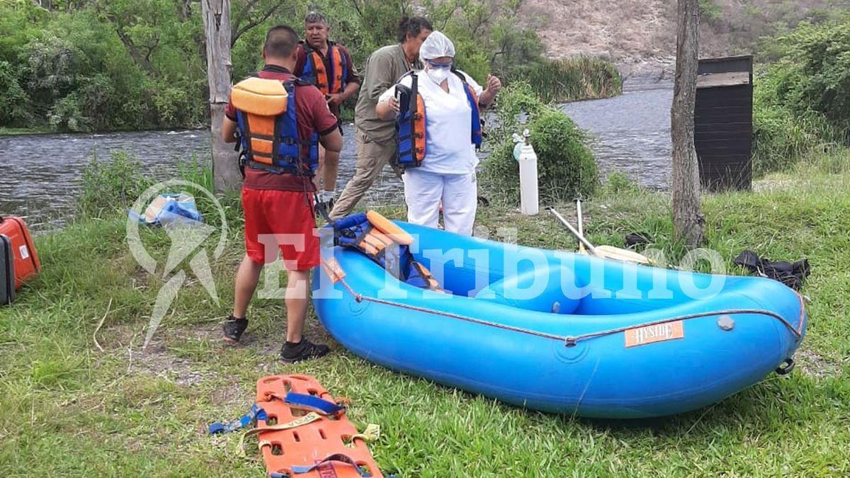 Personal de bomberos y sanitarios se aprestan a dirigirse al lugar del acciudente donde falleció Brito y su piloto particular.