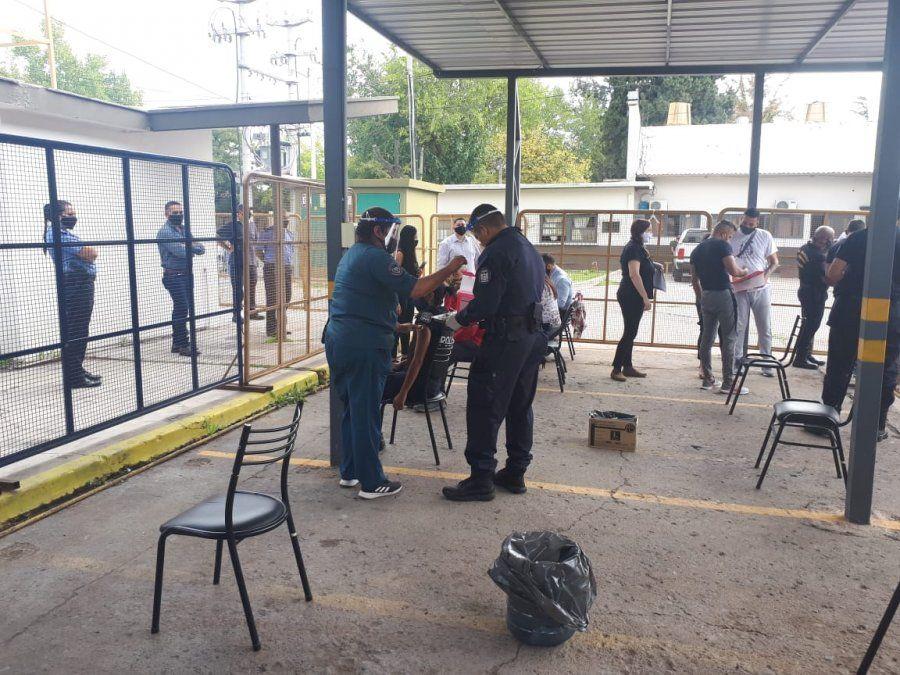 Hay malestar en la Policía porque confirmaron que no recibirán las vacunas de Covax que llegaron a Mendoza. Hasta este martes hay 216 casos de Covid en la fuerza.