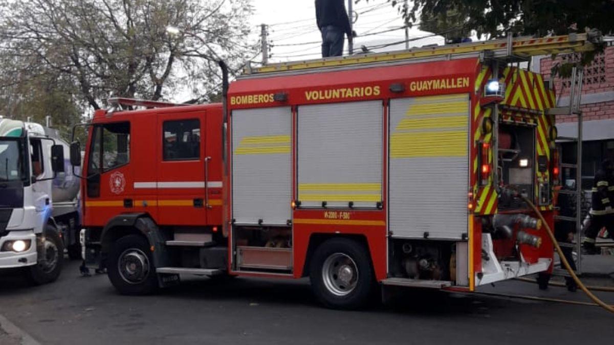 Más de una hora trabajaron los bomberos para apagar el incendio del depósito de la empresa Ibazeta.