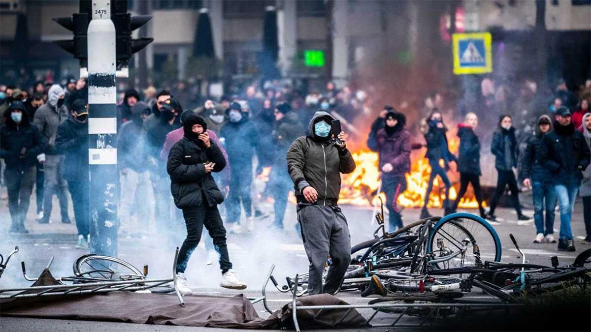 El saldo de las protestas en los Países Bajos contra el toque de queda dejó casi 200 detenidos