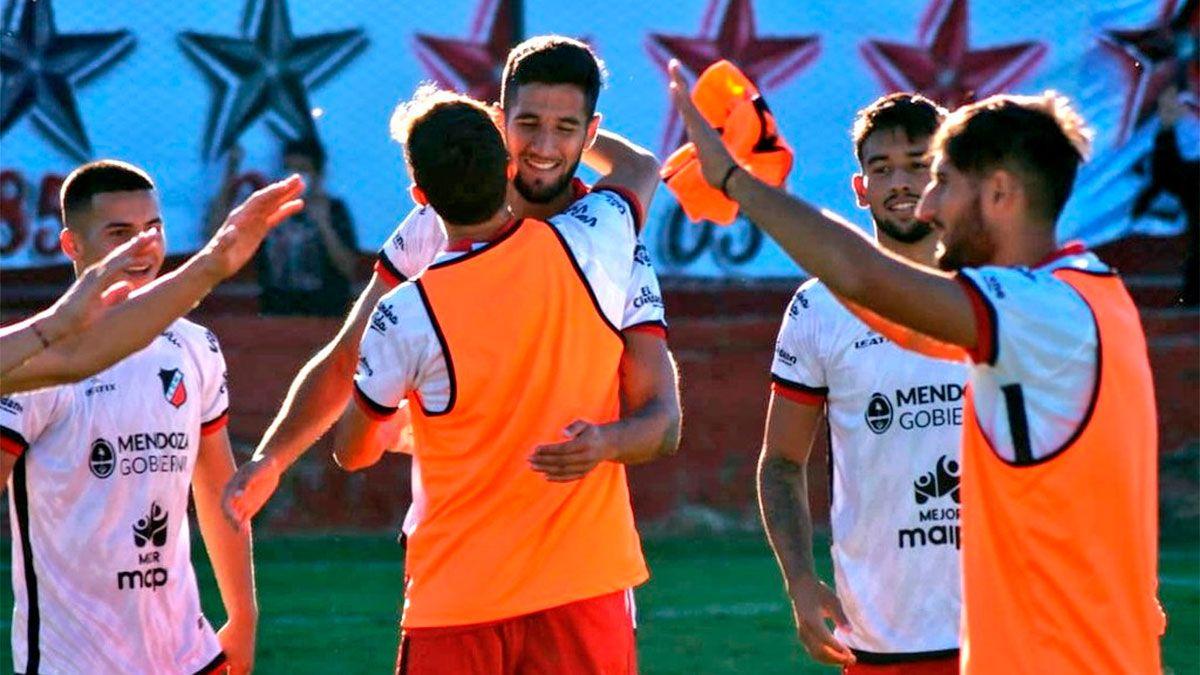 Lucas López recibió el saludo de todos sus compañeros tras el gol del triunfo. (Foto gentileza Prensa Deportivo Maipú).