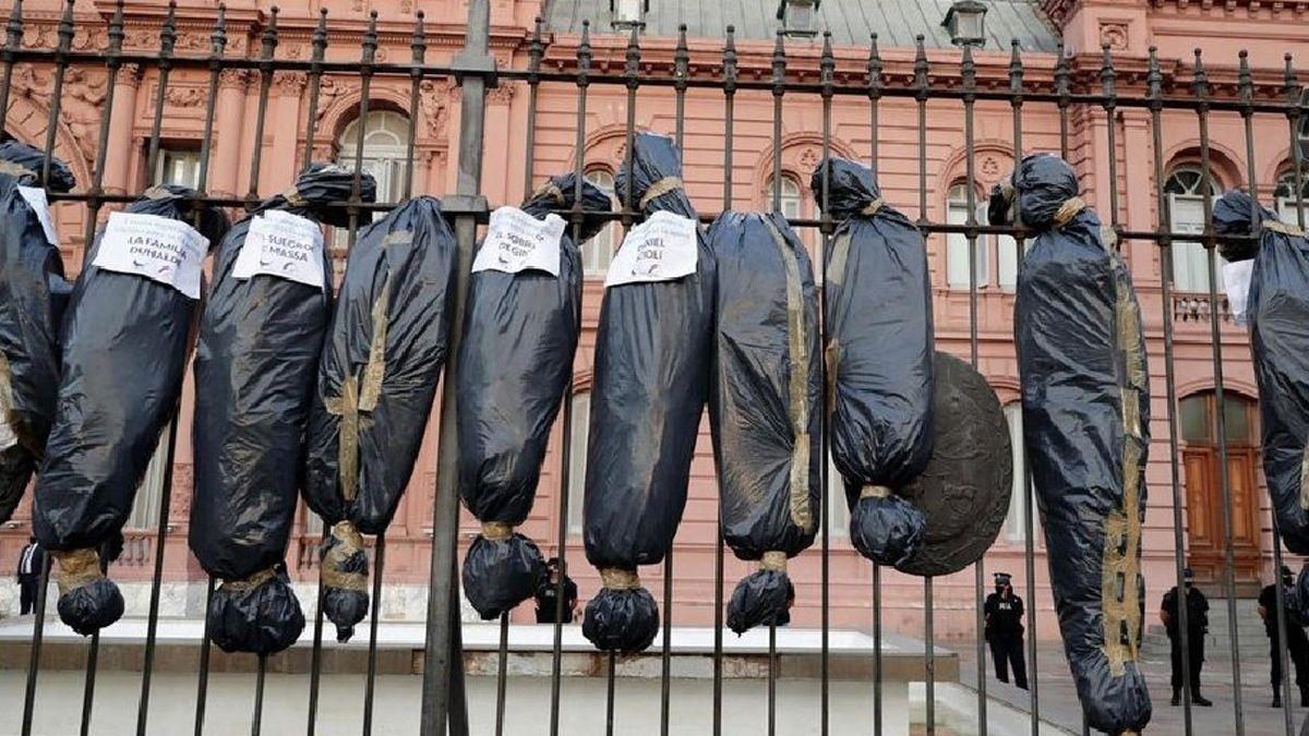 Las bolsas mortuorias con los supuestos cadáveres que dejaron los privilegiados durante la pandemia