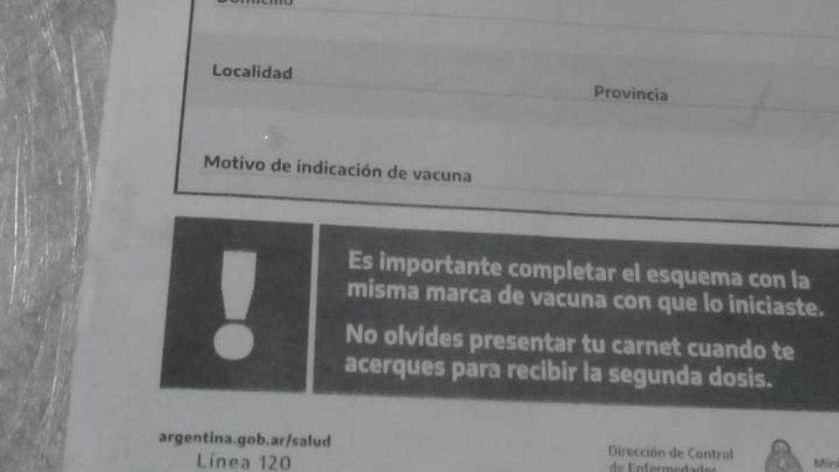 En el propio carnet que provee el Ministerio de Salud aclara que se debe completar el esquema de vacunación con la misma marca de vacuna con que se inició.