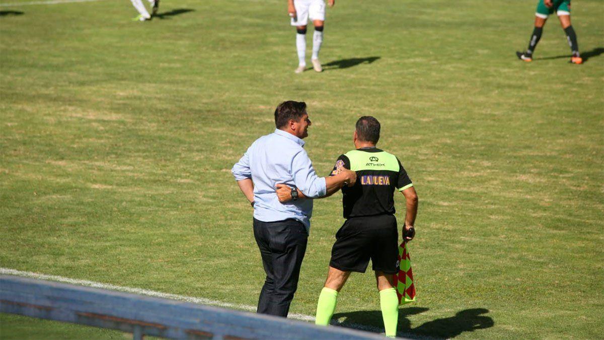 Straccia se saluda con el primer asistente. (Fernando Martinez/UNO).