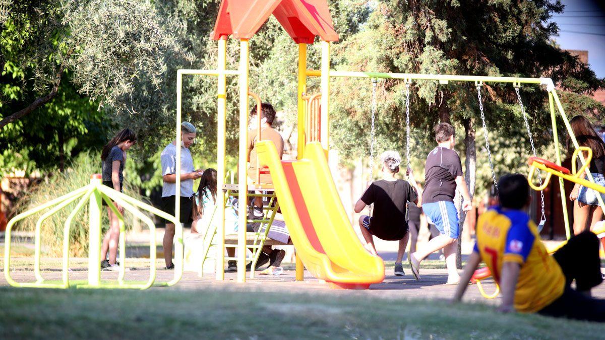Muchos chicos y adolescentes en la plazoleta Guaymallén.