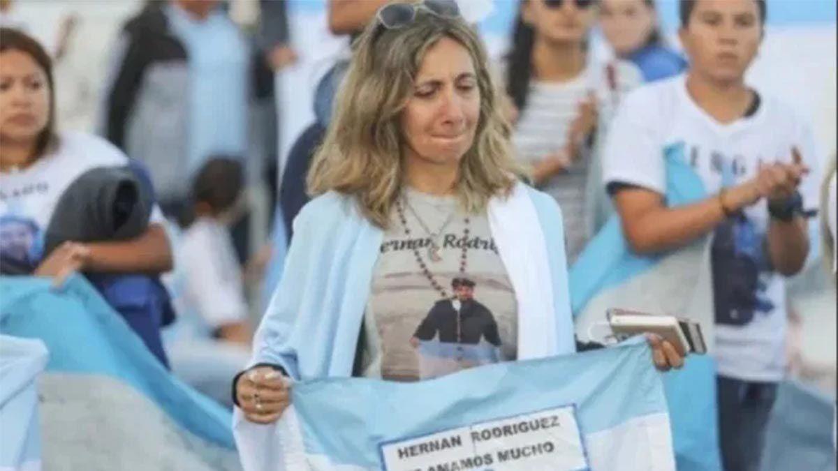 Una escuela de Mendoza recibió una bandera que perteneció a Hernán Rodríguez