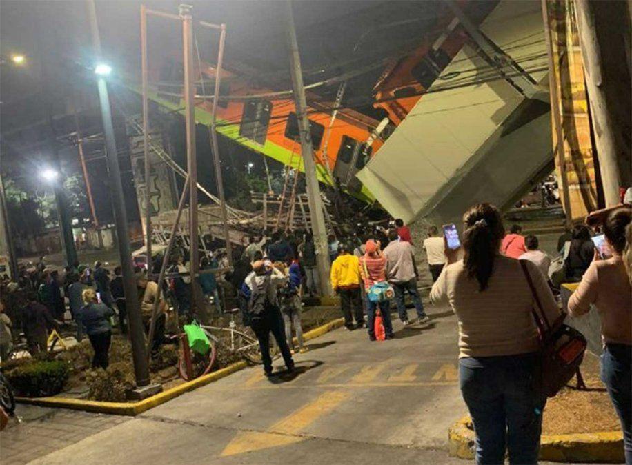 El trágico accidente se produjo cuando cedió una viga que sostenía a la línea 12 del tren sobre una de las principales avenidas al sudeste del México DF.