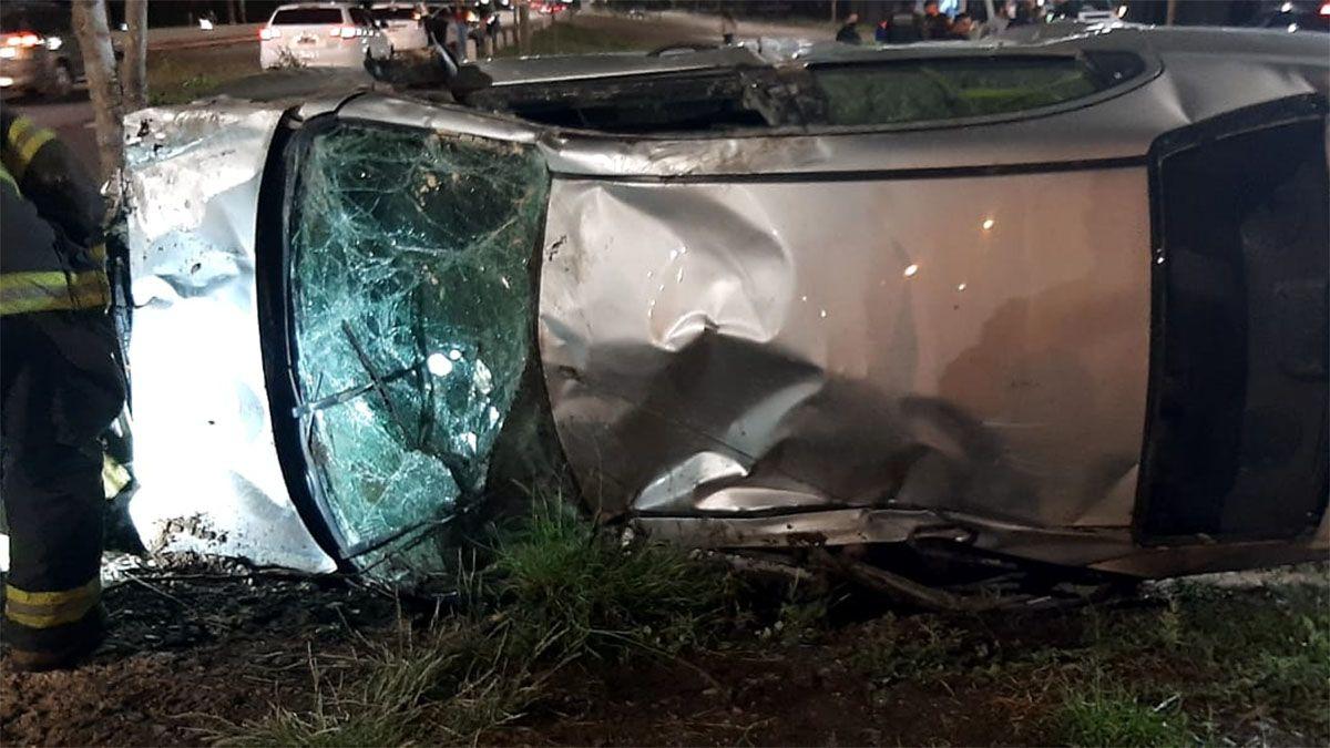 El conductor resultó con heridas leves luego de volcar su auto
