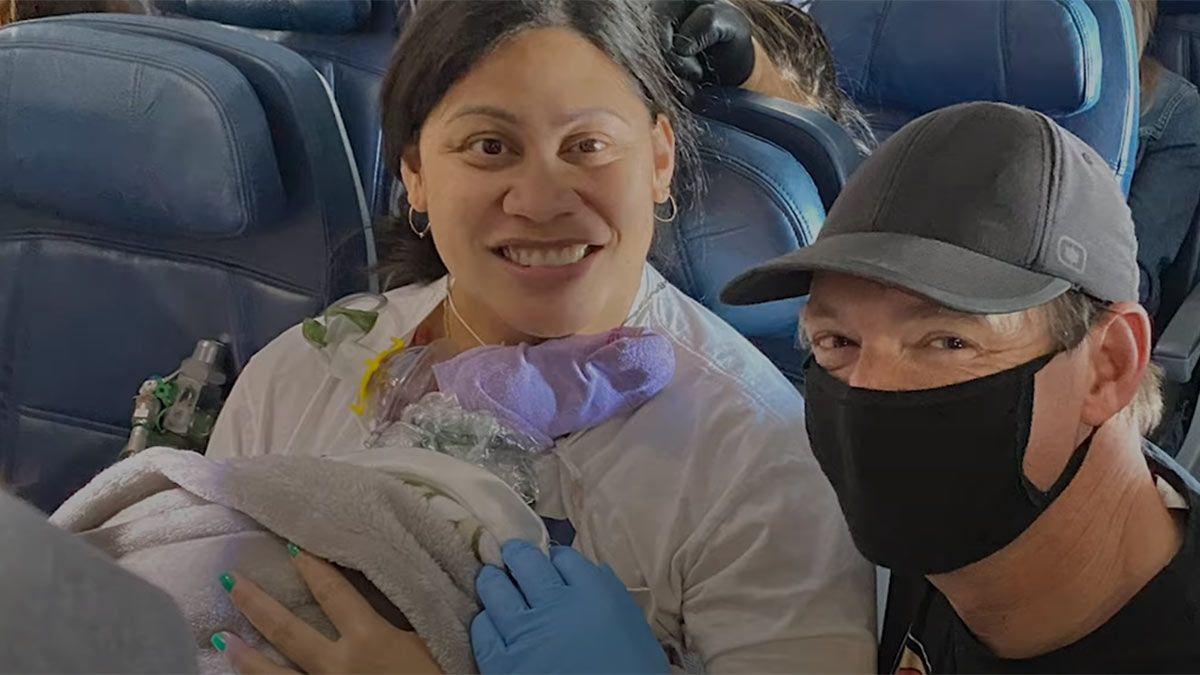 Lavinia Lavi Mounga dio a luz en un avión. Todo quedó registrado en video.