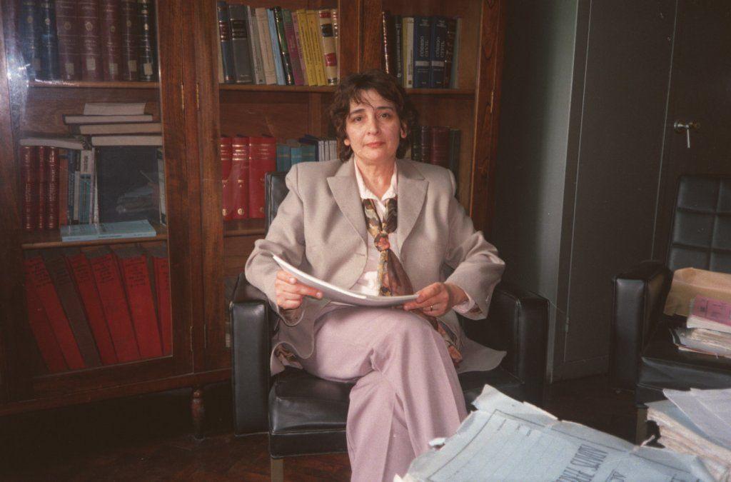 Estela Garritano de Cejas en su despacho del Primer Juzgado de Instrucción. Corrían los ´90 y el complejo caso Guardati le exigía un gran esfuerzo laboral que