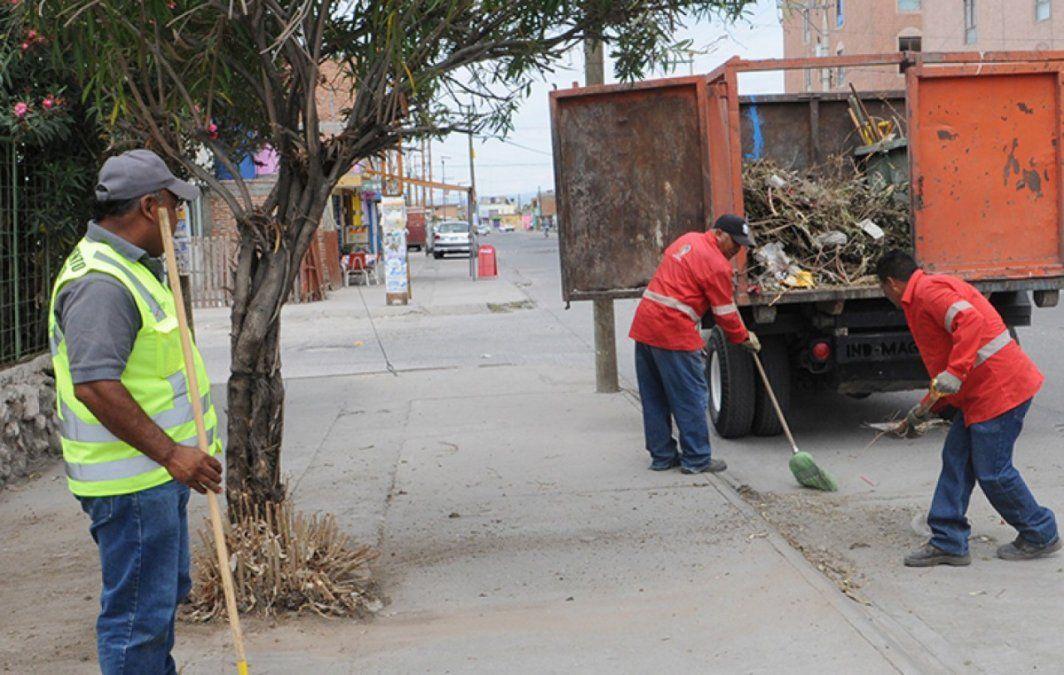 Los empleados municipales del Gran Mendoza podrán cobrar sus aguinaldos a mediados de diciembre y en una sola cuota según evalúan ya los intendentes.