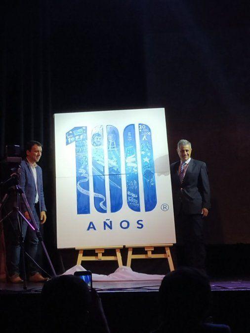 Mansur y García Salazar con la nueva marca del club Godoy Cruz.