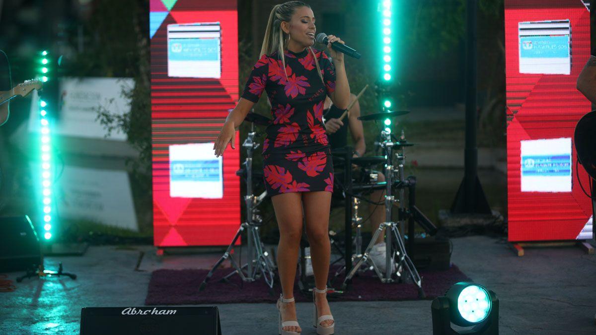 Clara Ceschín cantó en vivo con su banda desde los jardines de Grupo América.