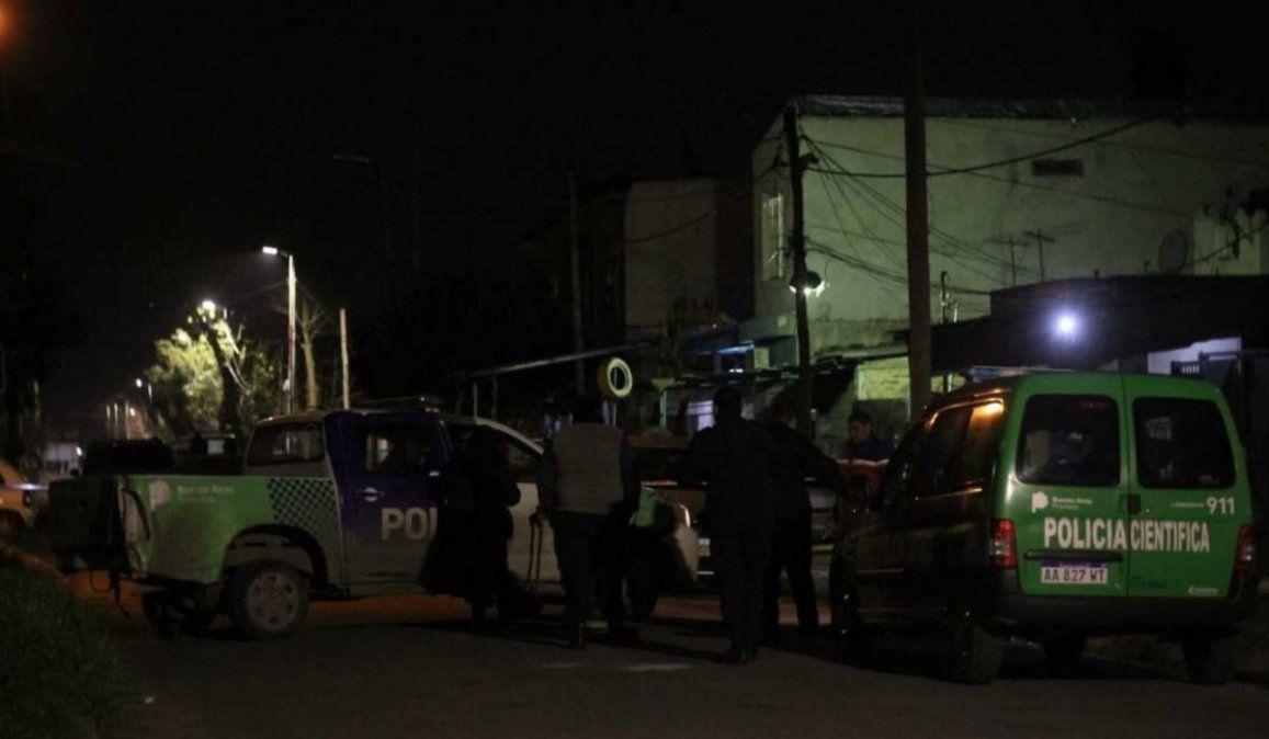 El policía llegaba a su casa cuando cuatro delincuentes lo amenazaron para robarle el auto y se produjo un tiroteo que provocó la huida de los ladrones