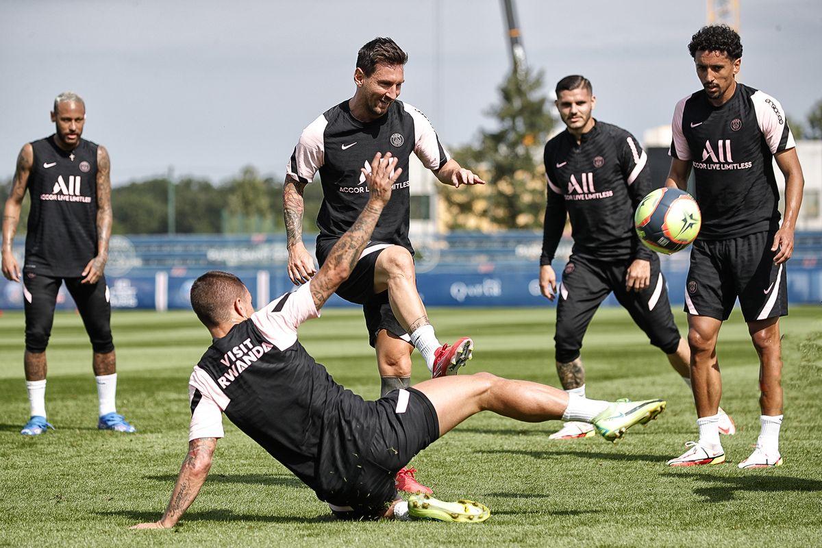 Lionel Messi hizo parte de la práctica con sus compañeros del PSG.