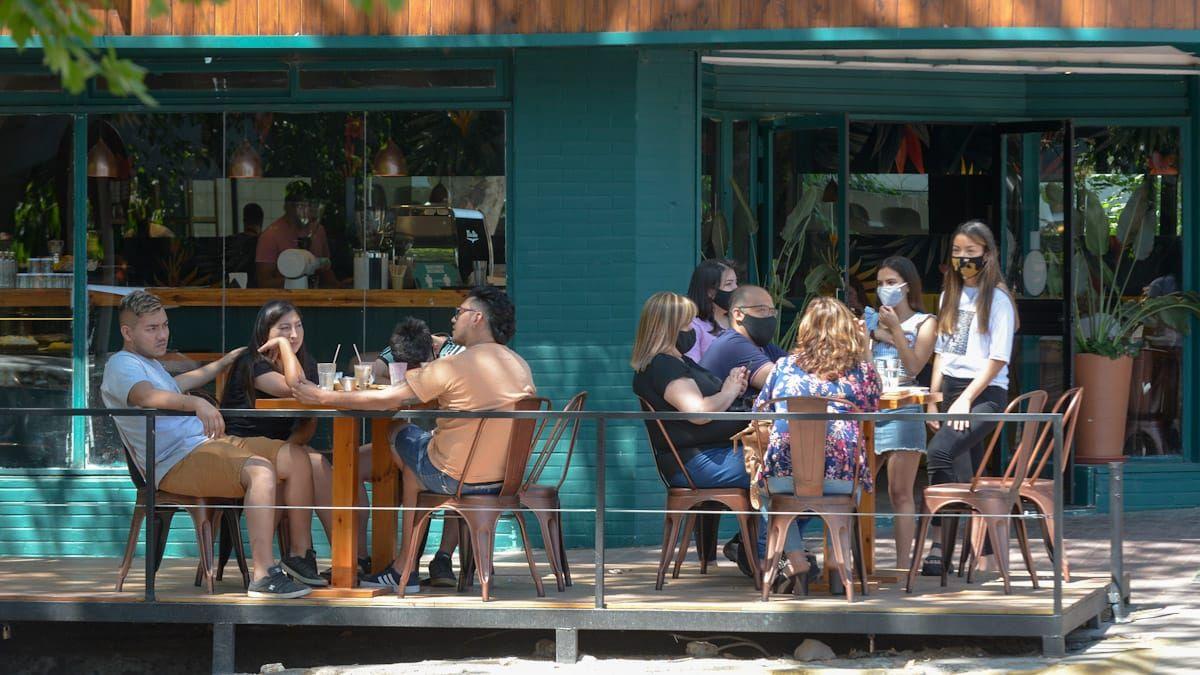 Muchos mendocinos decidieron desayunar también los establecimientos gastronómicos y aprovecharon el buen clima para celebrar al aire libre el Día de la Madre.