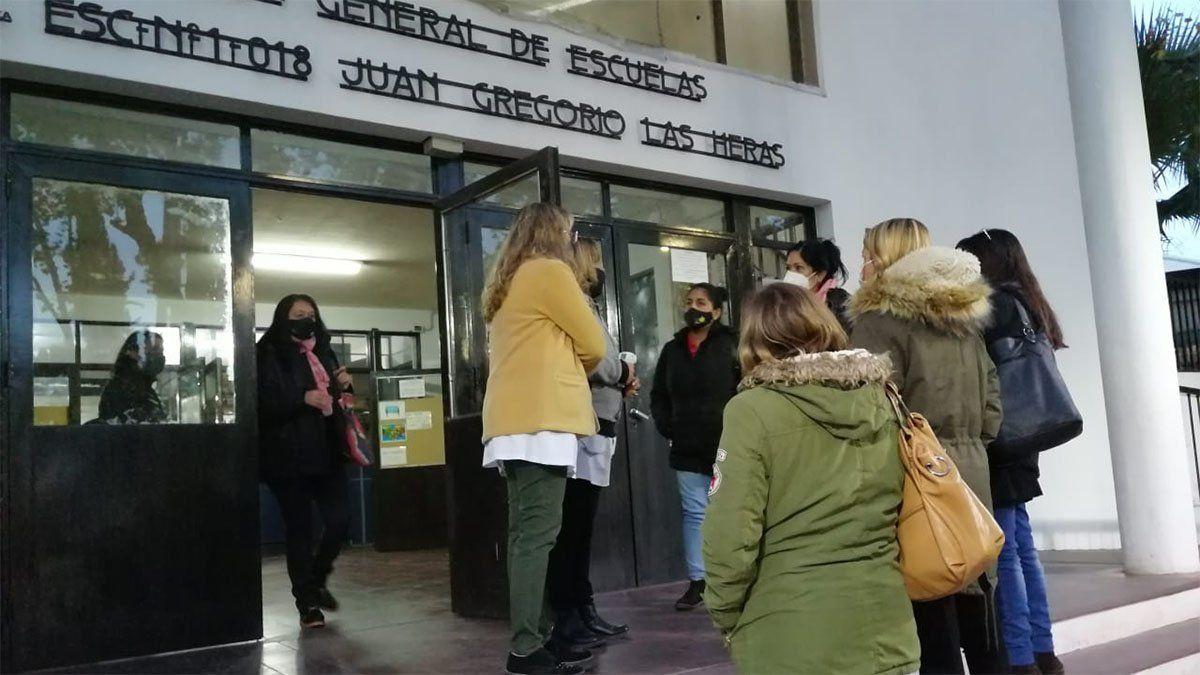 Padres pidieron explicaciones en la escuela Juan Gregorio de Las Heras luego que el director fue denunciado por abuso sexual