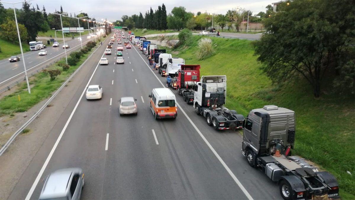 Camioneros reclaman en Acceso Sur por las demoras que sufren en Uspallata