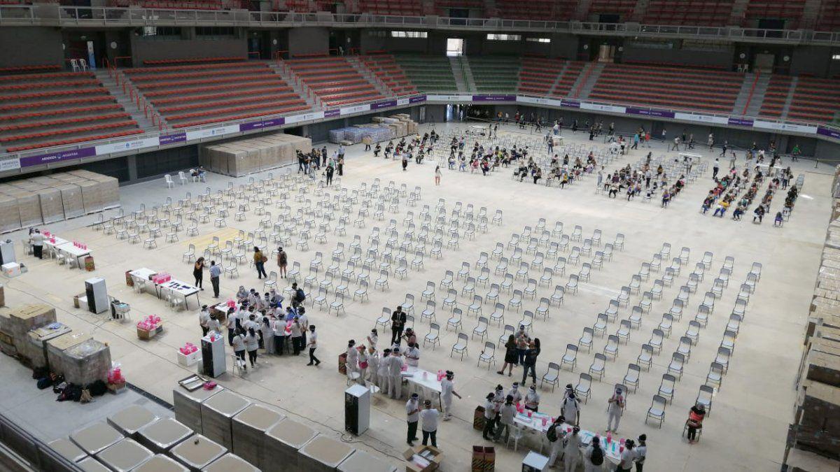 La vacunación de docentes en el Gran Mendoza se aceleró desde el miércoles en el Arena Maipú.