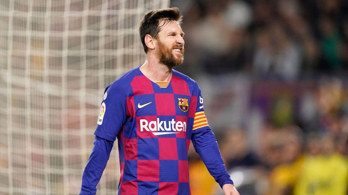 Messi se queda al menos un año más en el Barcelona y es duramente criticado.