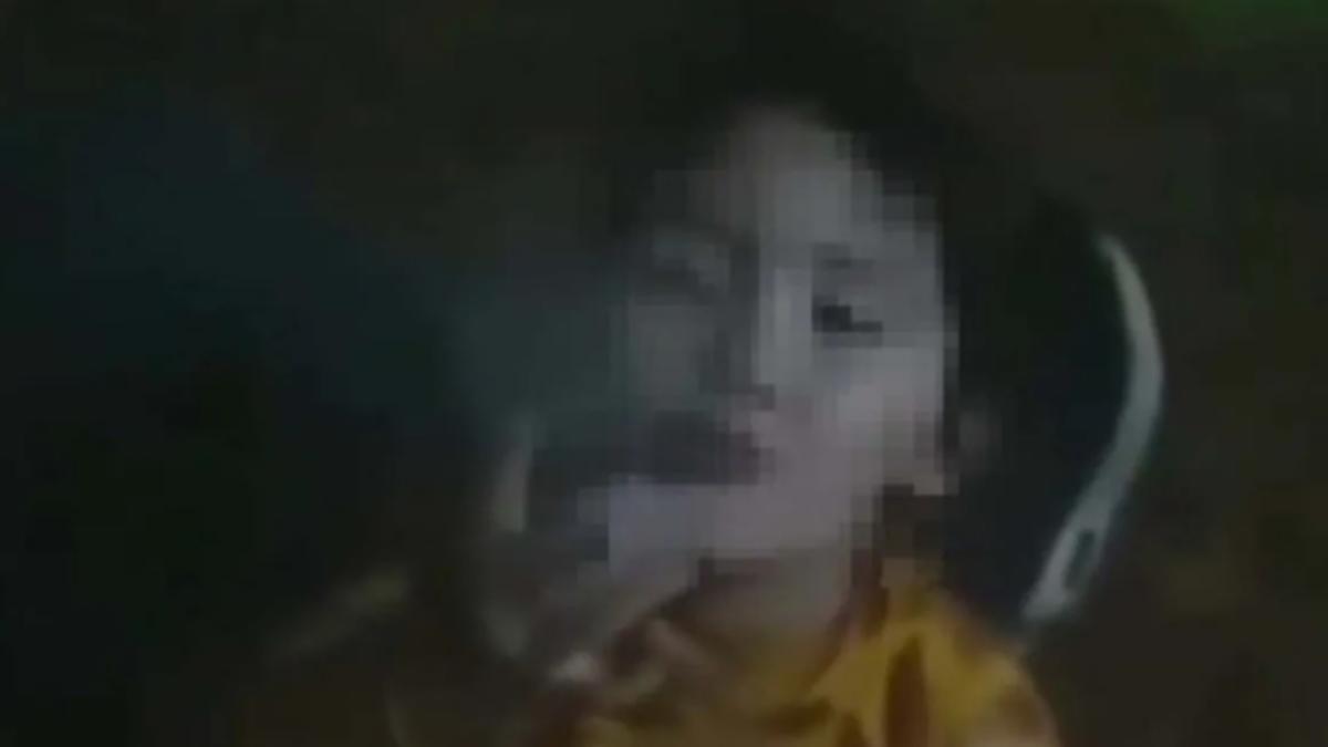 Repudio: le dio a su hija de 2 años un cigarrillo para que fume y la filmó