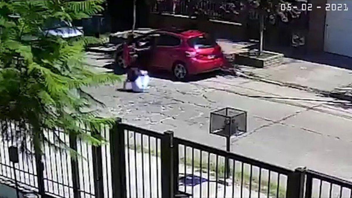 Durante el robo la mujer fue arrojada al pavimento en medio de la calle por uno de los delincuentes.