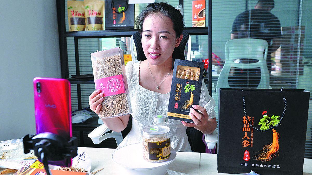 Una habitante de Fusong promueve productos de la hierba en una plataforma de transmisión en vivo. ZHAO BO / PARA CHINA DAILY