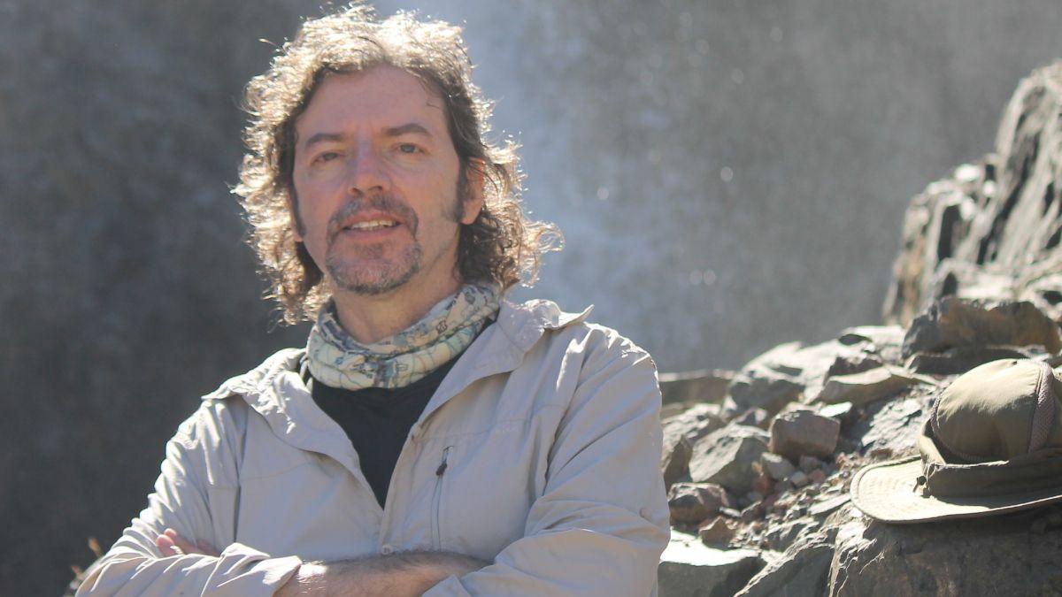 González Riga lleva 25 años trabajando en la búsqueda de los animales extinguidos. Ha recibido distinciones y reconocimientos en la Cámara de Senadores
