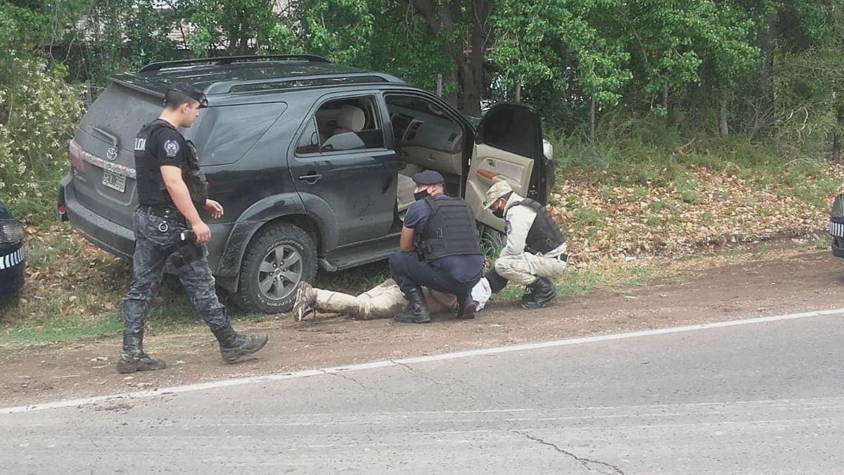 La policía persiguió a una camioneta robada tras ser identificada por su dueño. Detuvieron a tres hombres y encontraron armas