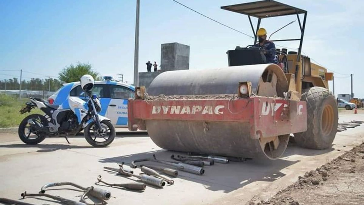 Destruyen escapes libres de motos con una aplanadora en Córdoba.