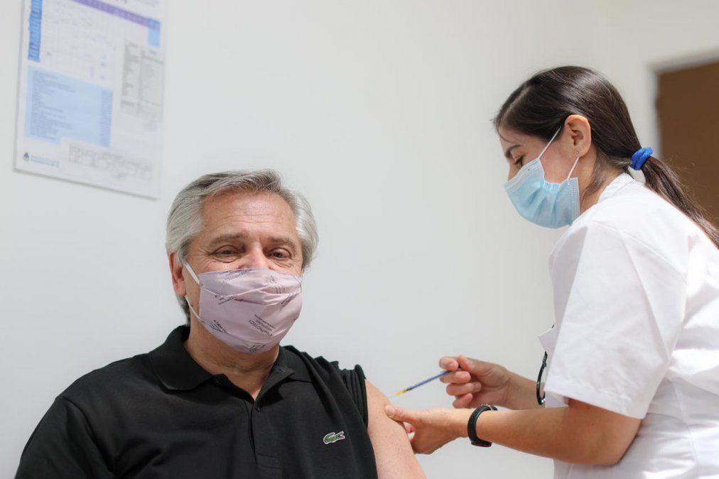 El presidente Alberto Fernández recibió la primera dosis de la vacuna Sputnik V y viajará el martes. El presidente desarrollará una amplia agenda que lo mantendrá en Santiago hasta el miércoles. Visitará a su par chileno.