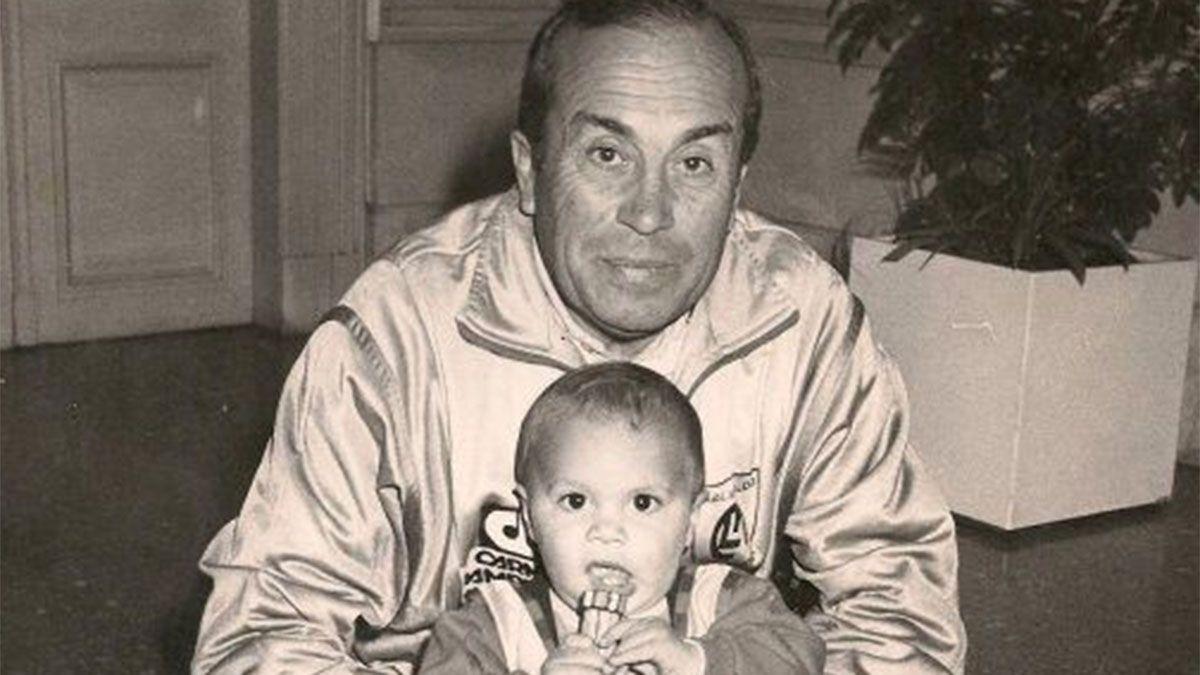 Valentín era chiquito y estaba con su abuelo Oscar Oruez.
