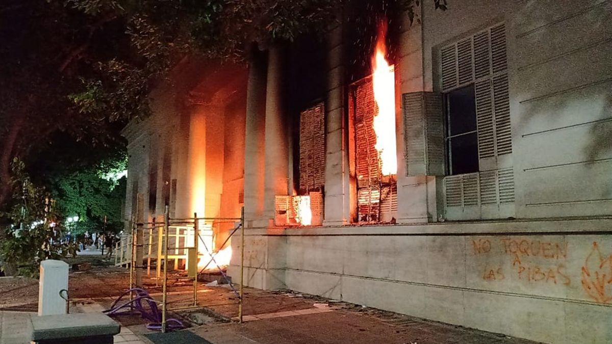 La Legislatura fue prendida fuego tras la marcha por el pedido de Justicia de Florencia Romano. Foto: Gerardo Tejeda
