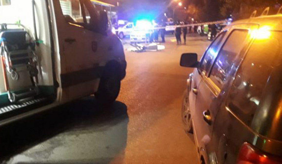La moto en que escapaba el delincuente chocó violentamente a la joven que murió en el lugar
