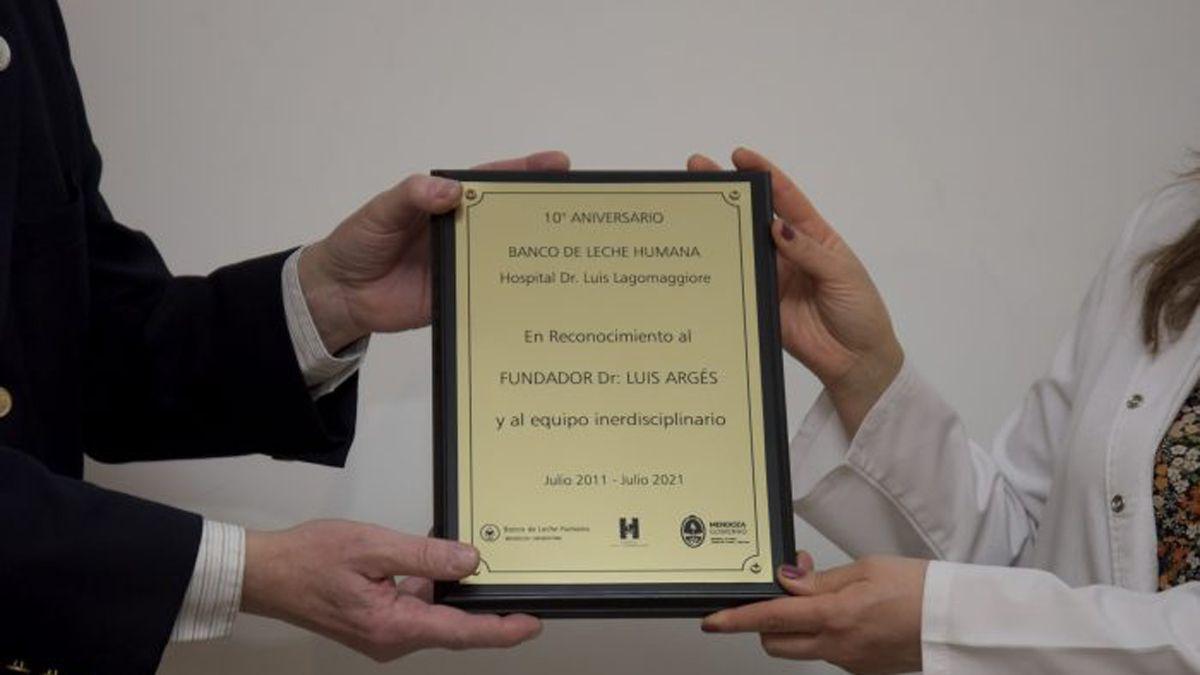 La plaqueta que le entregaron al doctor Luis Argés, creador del Banco de Leche de Mendoza.
