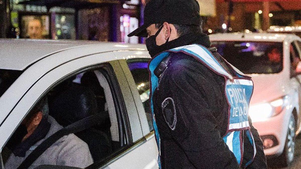 Un policía de la Ciudad fue herido al sufrir el robo de su auto.