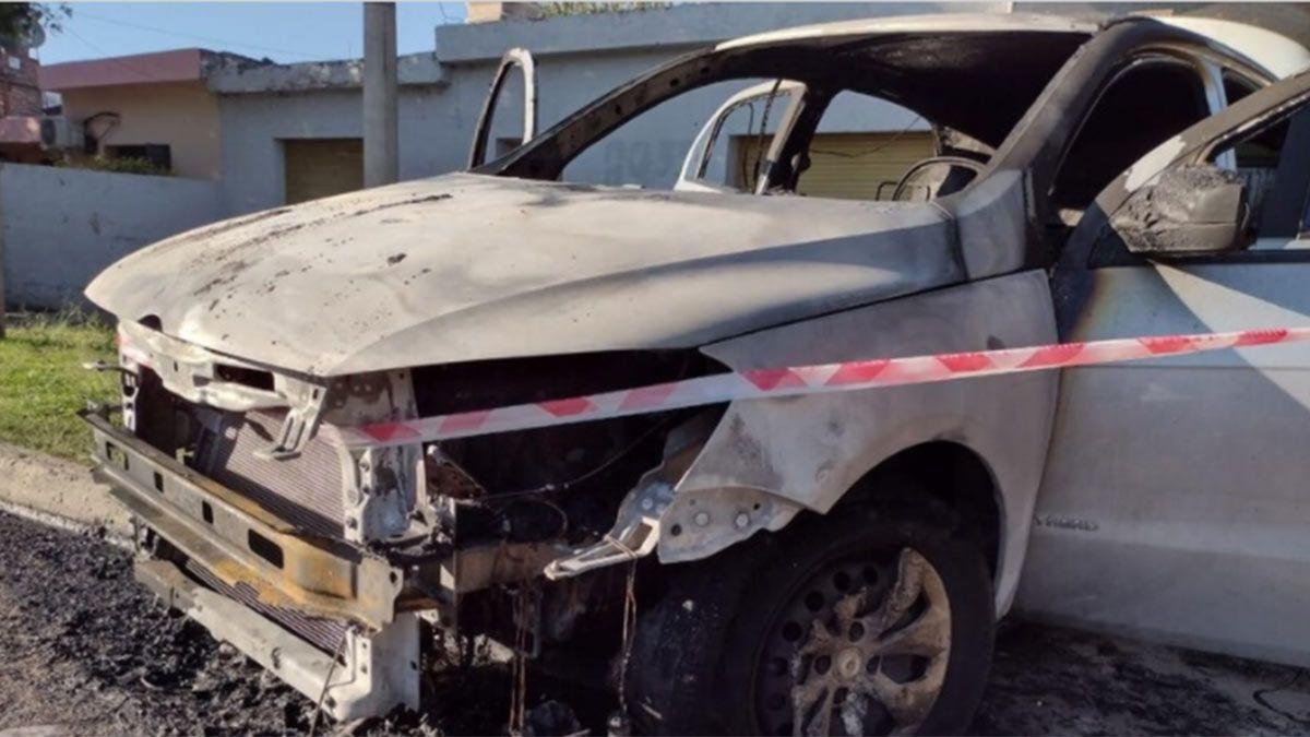 Así quedó el auto. Una mujer lo prendió fuego y terminó internada en gravísimo estado por las quemaduras.